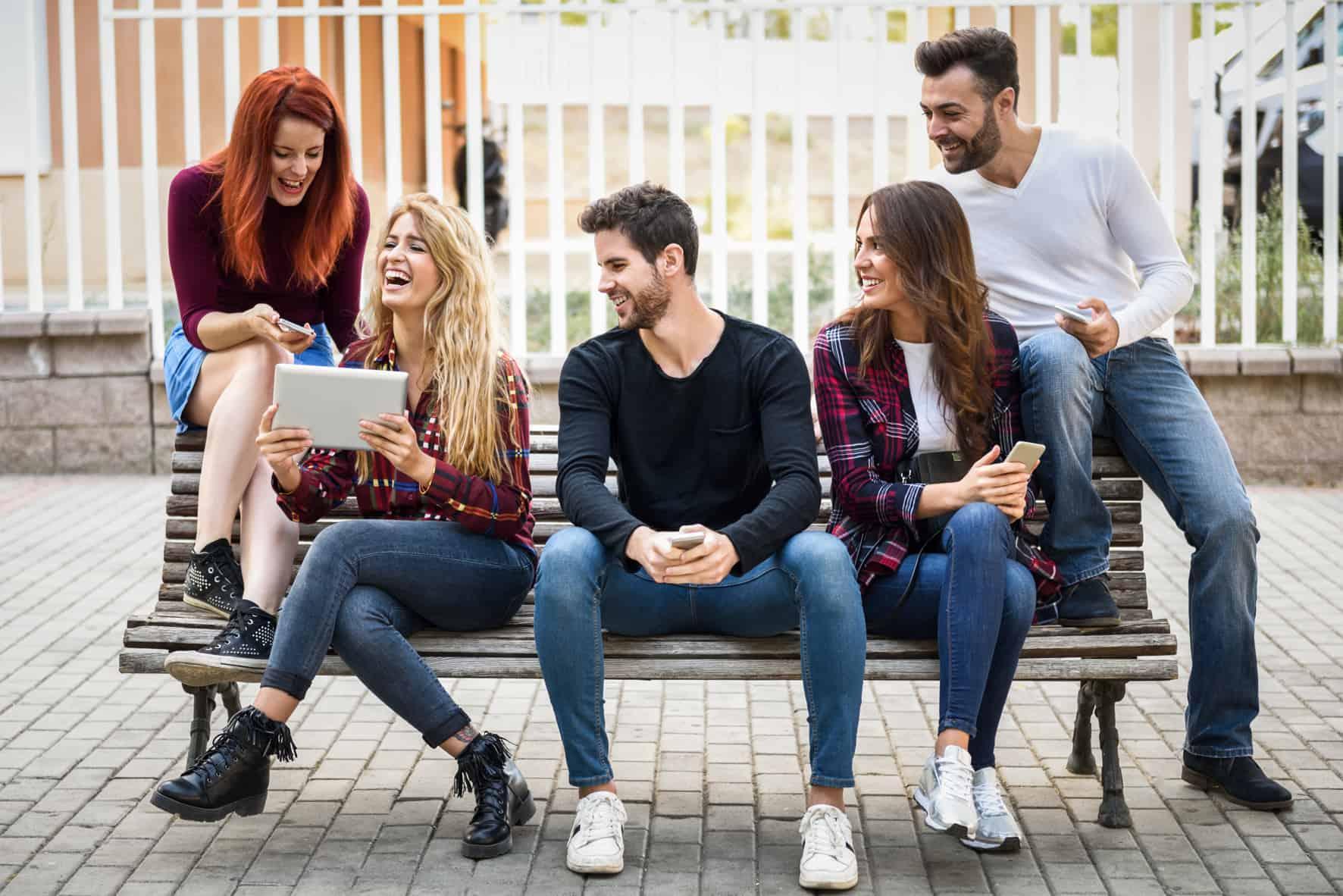 Studenten freuen sich, weil sie verstehen, wie die BAföG Rückzahlung funktioniert