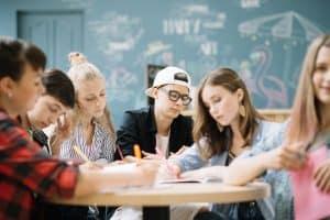 Schüler in der Schule machen ihr Abitur mit BAföG durch meinBafög