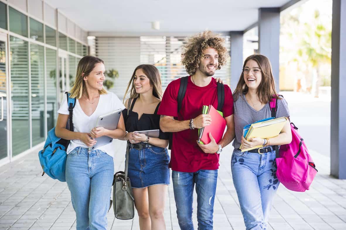 Studenten unterhalten sich über BAföG Folgeantrag