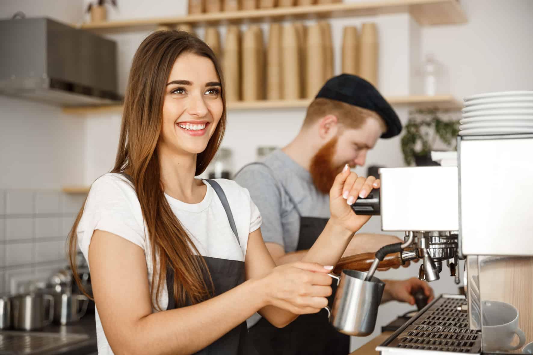 Studentin bekommt BAföG bei ihrem Nebenjob im Cafe