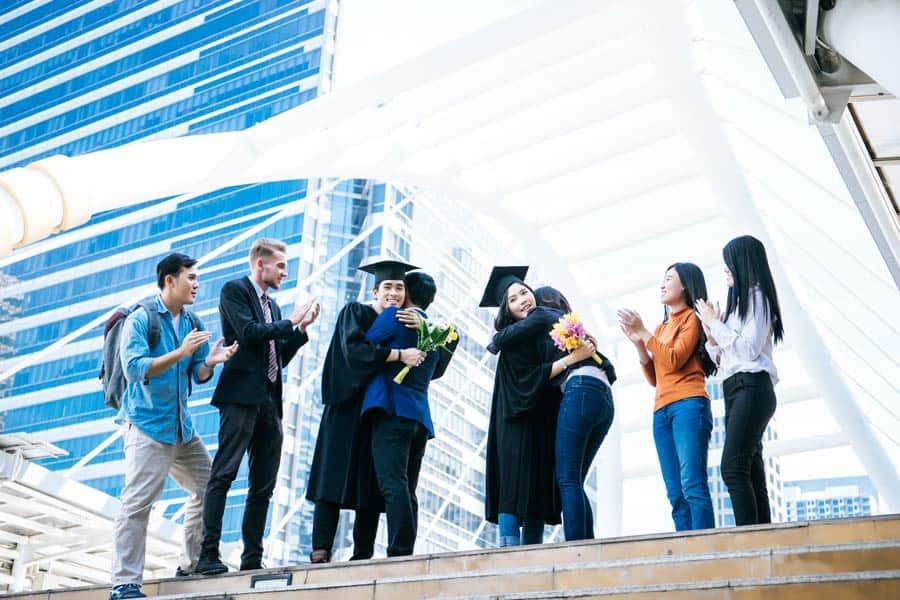Eltern gratulieren ihren Kindern zum Studium